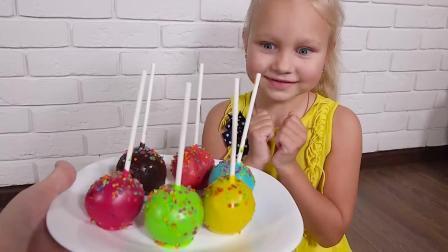 可爱的小萝莉用彩色的棒棒糖蛋糕学习颜色亲子互动童谣儿歌