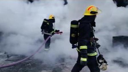 没有人知道浓烟背后是什么,但依旧义无反顾#平安守护 #消防 #为你赴汤蹈火