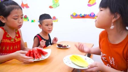 孩子们在教室里吃了水果和一个哆啦A梦生日蛋糕