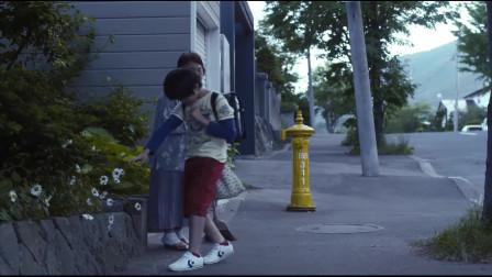 你是好孩子:小男孩向老奶奶,然后上学去了