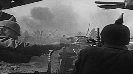 《西线无战事》面对大规模冲锋,最好的武器就是马克沁机枪,决定了一场战争胜败