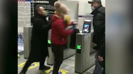 辽宁阜新火车站一对男女拒不出示健康码,气焰嚣张与工作人员大打出手