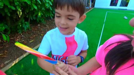 姐姐找弟弟买了糖果冰淇淋和超大的彩虹棒棒糖