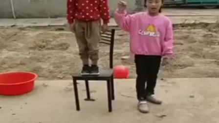 淘气的童年:姐妹俩把什么东起来了