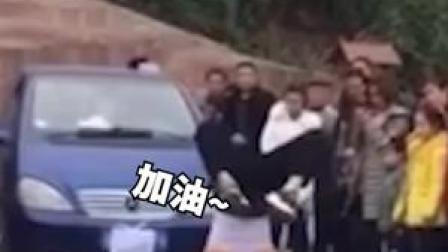 太强了!16日四川蓬安一体育老师倒立拉1吨重汽车行走十多米,这下再也没有其他老师来抢课了吧 #体育老师生病了