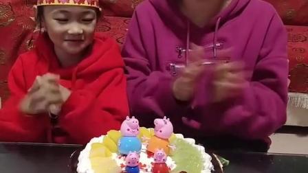 亲子互动:给宝贝买的生日蛋糕