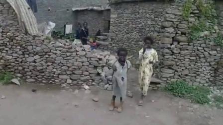 非洲东部埃塞俄比亚,像是一个大农村,当地的主食好奇怪