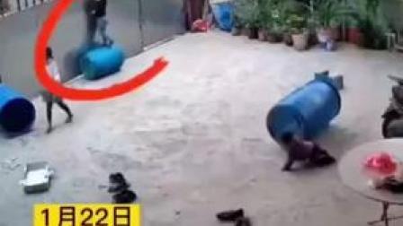 海南一名三岁男孩拴门绳不慎被勒脖吊门上,差点酿成大祸!