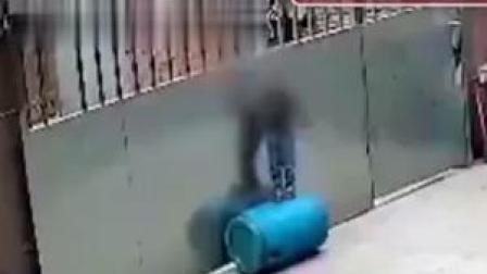 1月22日,海南东方,一名3岁男童被绳勒脖悬吊门上致昏迷,几经挣扎险些酿悲剧