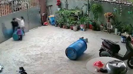 3岁男童玩拴门绳不慎被勒脖吊门上,6岁姐姐托住腰部救下一命