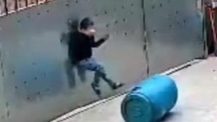 #惊险!#海南 3岁男童被拴门绳勒脖,吊挂致昏迷,6岁#姐姐 及时将其救下!