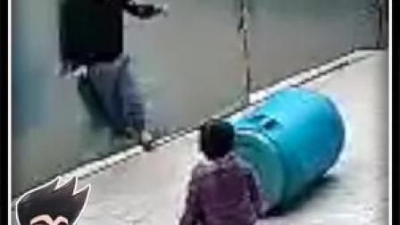 太危险!近日,海南东方,一3岁男童被拴门绳勒脖吊挂致昏迷,险酿悲剧。安哥:请家长一定看好孩子!