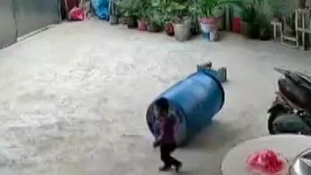 热线188 2021 三岁男童玩拴门绳不慎被勒住脖子吊门上