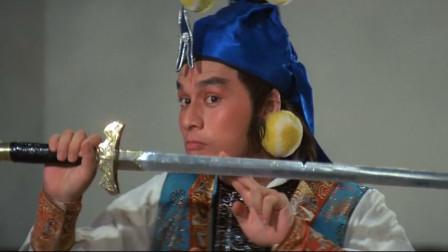 御猫三戏锦毛鼠:展昭和白玉堂比试剑法,展昭的宝剑被砍断了!