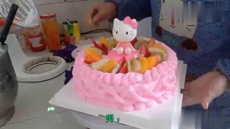 超级可爱的KT猫水果蛋糕,粉红色的打底小美女们的最爱!