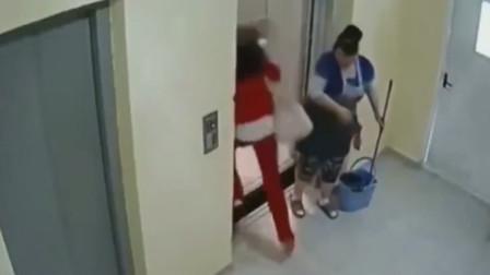 """低头族看手机进电梯,电梯突发故障,清洁阿姨""""淡定""""拿回扫帚"""
