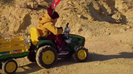 圣诞老爷爷陪小正太玩拖拉机玩具车幽默搞笑