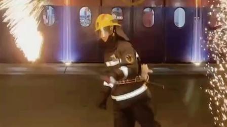 """大众网快快帮: 网红""""甩烟花""""钢丝棉真的安全吗? 消防员用实验告诉你!"""