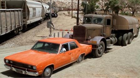 路怒症多可怕,司机变道超车,被大卡车逼至火车道边,电影