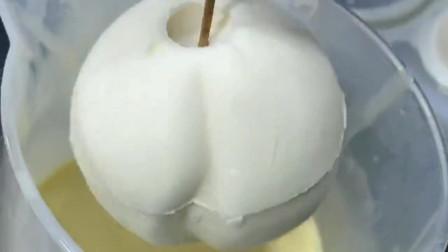 桃子慕斯经由蛋糕师的操作,由白色变成粉嫩的样子,最后成型时太好看了!