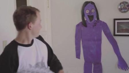 男子把怪物肖像帖墙上,等再次转过身时,怪物竟然活了