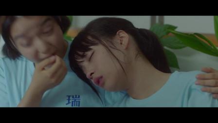 花牌情缘:女孩在疲惫中睡着了