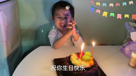 香港人的生活:香港婆婆买了一个蛋糕庆祝孙女生日,一起兴奋的唱起生日歌切蛋糕