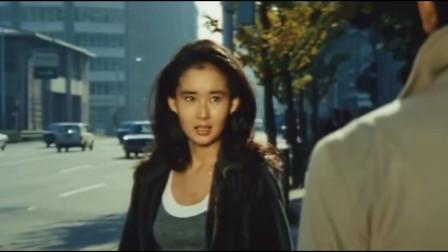 追捕里饰演杜丘的高仓健,穿着米色风衣,引领70年代的时尚风向标