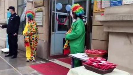 有创意!幼儿园开学日老师装扮成小丑挎福袋站门口给孩子们发红包!