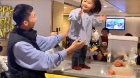 这应该是年龄最小的气氛组了: #西安一萌娃给邻桌过生日 网友:快分一块蛋糕给她!