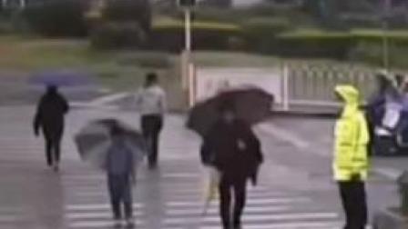 暖心!近日福建晋中,一小男孩与执勤互相点赞!网友:小男孩未来可期#交通安全 #暖心一幕