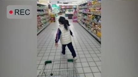 近日,鄂尔多斯,爸爸奖励女儿超市购物30秒。没想到,女儿只选了妈妈爱吃的薯片,爸爸也表示感动,但有一点吃醋。