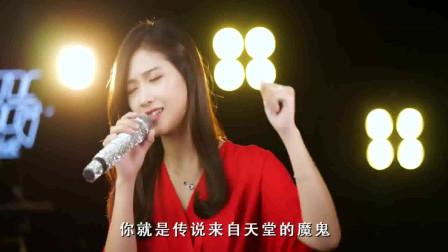 带走你心的歌,小姐姐歌唱《来自天堂的魔鬼》,声音很有磁性