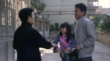 在路上:丈夫接女儿回家,大妈一眼看出不是亲生,丈夫脸立马臭了