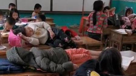 17日#广西河池 #学生蜷缩在桌子下午休 大山里环境艰苦,孩子们每天爬山去上学,让人心疼。