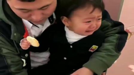 搞笑:女儿第一天上幼儿园,就在门口跟爸爸上演了这么一出