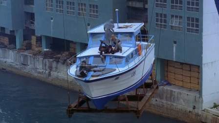 船被吊在半空中,五人为了抢钱命都不管了,结果还是翻船了