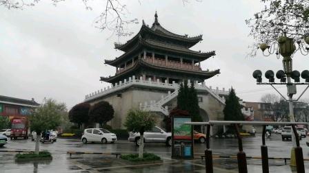 西安市境内一共有两个钟楼,一个在西安市城内,另一个在鄠邑区(户县)城内,拍摄者西安新农民