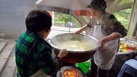 重庆70多岁夫妻山道梯坎上卖豆花饭,8元一碗随便吃,一卖就是40多年