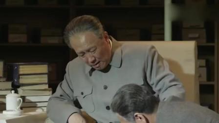 毛穿鞋整衣有点吃力,却依旧坚持接见美国总统尼克松!