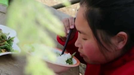 胖妹自家的农家手工香肠香爆了,配二荆条一炒,米饭都吃不够!