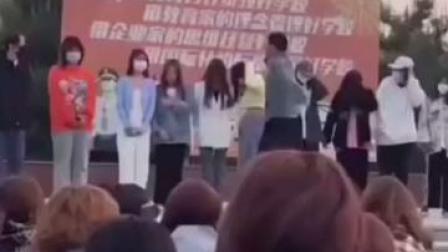 最新!陕西渭南 #校方回应迟到学生被老师扇耳光 已停职,并向学生道歉!
