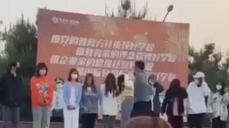 4月12日,陕西渭南一学校学生因为迟到,竟被老师叫上讲台排队挨个扇耳光。校方回应:已对涉事老师停职。