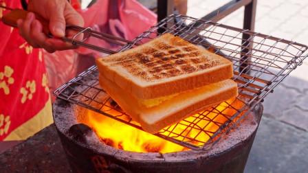 大妈把三明治放到火上烤,烤好一份卖10块,上班族超爱吃!