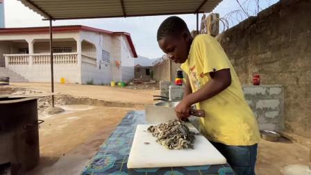 买牛肉时老板硬塞了块牛百叶,今天就让非洲孩子们做爆炒牛百叶吧