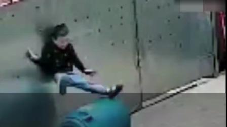 3岁男童被拴门绳勒脖吊挂致昏迷#酷知#