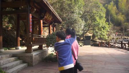 天台山石梁飞瀑,83版的少林寺电影取景地,我们终于来到了它的脚下,和影片里比较,现在的水流变小了