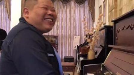 反差萌!粗犷大叔弹钢琴优美动听!网友:这是隐形的王者👍