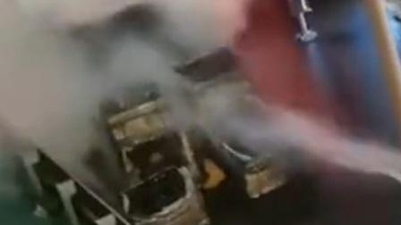 货车撞上护栏致车头起火 目击者:司机疲劳驾驶