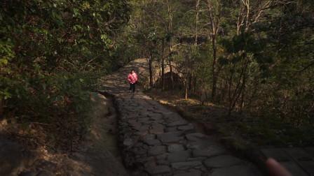 天台山石梁飞瀑,从飞瀑到出口,以为就这么结束了,没想到离出口不远的地方居然还藏着一处缝隙瀑布